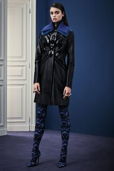 Italian fashion house Versace presented their new Pre-Fall 2015 collection. Creative director Donatella Versace took a step back from the usual signature figure London Fashion Weeks, Fashion Week Paris, Fashion Show, Fashion Design, Fashion Trends, Versace 2015, Versace Fashion, Versace Versace, Donatella Versace