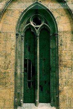 Ventana gótica de iglesia