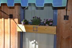 Balconnière Bambou   L 100 x l 20 x h 18 cm Structure en planches d'épicéa de nos montagnes Fond en planches d'épicéa percées Gravure + sac de plantation en géotextile. Finition lasure pin naturel clair  Tarif net 152.00 €  Gamme à partir de 90,00 €
