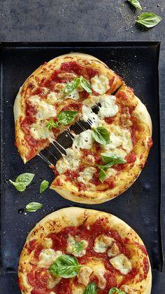 Wir haben bei diesem Rezept alles gegeben! Es ist das beste Pizza Teig Rezept, welches wir je geschrieben haben! Ein fluffiger Teig mit wenig Hefe, Pizza Napoli Style! Wenn du noch nie eine napoletanische Pizza hattest, musst du dieses tolle Pizza Rezept ausprobieren! Pizza Napoli, Vegetable Pizza, Iphone, Vegetables, Videos, Food, Margherita Recipe, Italian Recipes, Play Dough