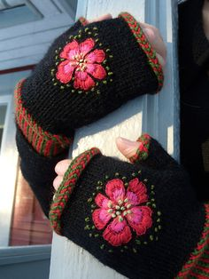"Ravelry: sky001's ""Dala-Floda"" mittens Swedish Embroidery, Wool Embroidery, Hand Embroidery Designs, Loom Knitting, Free Knitting, Knitting Patterns, Hat Patterns, Stitch Patterns, Charms"