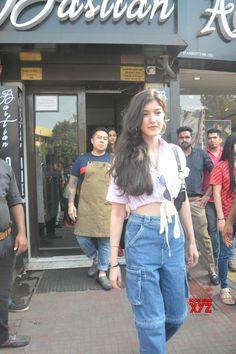 Mumbai: Shanaya Kapoor seen at Mumbai's Bandra - Social News XYZ Bollywood Girls, Bollywood Stars, Bollywood Fashion, Celebrity Outfits, Celebrity Style, Star Fashion, Fashion Outfits, Fashion Tips, Beautiful Bollywood Actress