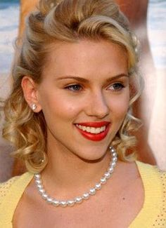 Scarlett Johansson and a matching set of pearl earrings and necklace #celebrity #jewelry