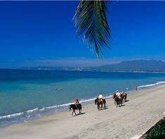 El placer de cabalgar sobre las costas de #SanBlas, a la vera del mar celeste que baña las playas de la #RivieraNayarit.