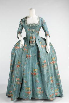 O Vestido a francesa era muito comum no rococó. Ele era composto por um vestido aberto na frente sobre uma saia do mesmo tecido (robe), o peitilho, uma peça triangular que era colocada sobre o peito ou estômago e acoplada ao vestido.