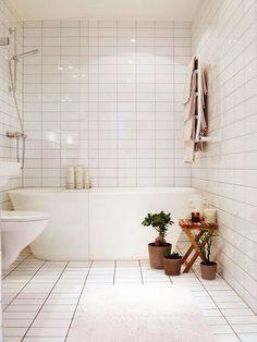 A nice shower & bathtub combo in a small space. bathroom remodel, bathroom design, tiled bathroom, white tile, clean bathroom #tilebathtub #bathroomdesign