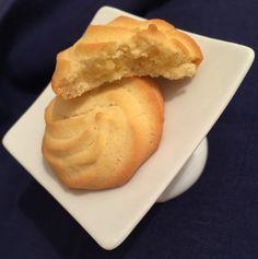 Un biscotto che è quasi un pasticcino, di friabile pasta frolla montata, aromatizzata al limone. Scioglievole in bocca, delicato, con u...