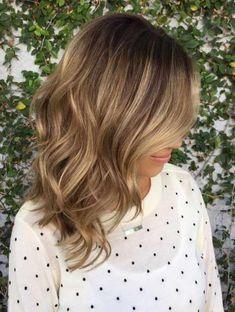 μεσαίου καφέ πολυεπίπεδη μαλλιά balayage