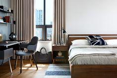 Cortinas de lino suavizan el aspecto de la habitación.