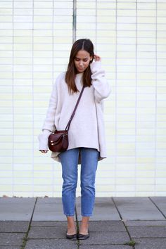 Nisi is wearing: Chloé Georgia Mini Bag, Overzied Zara Sweater, Topshop Girlfriend Jeans, Chloé Lauren Ballet Flats