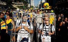 Manifestantes com roupas de presidiários e máscaras da presidente Dilma Rousseff e do ex-presidente Lula participam de ato pelo impeachment na Avenida Paulista, em São Paulo
