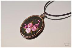 Hand Stickerei Halskette, Hand genähte Halskette, Halskette handgemacht Blumenstrauß, Goldbarren Gestickte Perlenarbeiten, Halskette, floral Anhänger