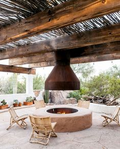 Dress up your backyard patio with some gorgeous outdoor fireplace ideas that can be enjoyed for relaxing and entertaining throughout most of the season. Design Your Bedroom, Desert Homes, Kitchen Tops, Outdoor Living, Outdoor Decor, Finding A House, Wood Construction, Backyard Patio, Home Buying