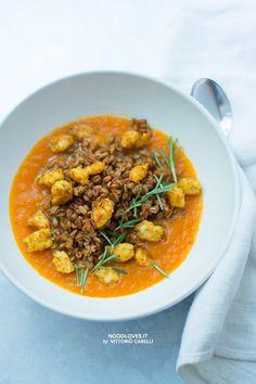 Un comfort food che riscalda l'anima; un piatto unico buono, elegante e sincero. Vellutata di zucca con gamberoni al curry e farro speziato croccante.