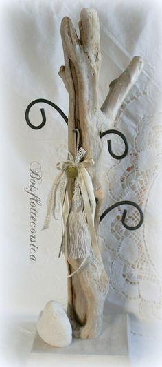 GRAND Présentoir à bijoux en bois flotté , galet calcaire, et délicate pampille en dentelles et rubans. .
