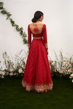 Unique Blouse Back Designs Spotted on Real Brides Indian Bridal Outfits, Indian Designer Outfits, Indian Dresses, Indian Attire, Indian Ethnic Wear, Indian Blouse, Indian Style, Mode Bollywood, Desi Wear