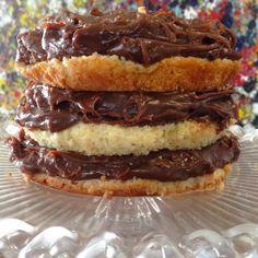 Nhac p este bolo de brigadeiro #bolo #brigadeiro #bolodebrogadeiro #montaencanta receita no www.montaencanta.com.br. Na lupa, na busca do site digite bolo de brigadeiro e bom apetite!
