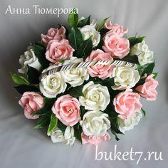 Розы из конфет в корзине