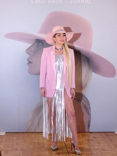【ELLE】2年ぶりの来日でレディー・ガガ「ピンクは男性たちとの恋の象徴」|エル・オンライン