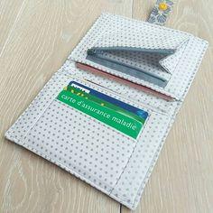 carocouture sur Instagram: Ultra pratique et compact le porte-feuille qui rentre même dans les sacs les plus petits et qui contient tout l'indispensable (carte bleue,…