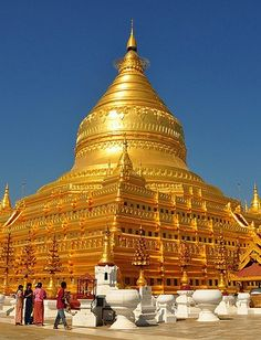 Wider perspective on the Shwe Zi Gon - Buddhism - Wikipedia Myanmar Travel, Asia Travel, Burma Myanmar, Bagan, Sacred Architecture, Amazing Architecture, Places Around The World, Around The Worlds, Beautiful World