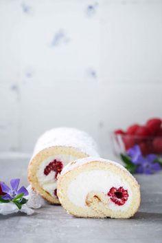 Rezept einfache Biskuitrolle mit Himbeeren und Quarkfuellung zuckerzimtundliebe kuchenrezept sonntagssuess himbeerrolle biskuitteig