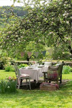 Eine solche Sitzecke im Garten hätte ich auch gern! Outdoor Rooms, Outdoor Dining, Outdoor Gardens, Outdoor Decor, Outdoor Seating, Zen Gardens, Booth Seating, Patio Dining, Garden Cottage