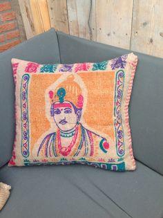 Van een meegebrachte jute zak uit india maakte ik dit kussen