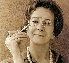 EL ARPA DORMIDA: La magia de las palabras. Wislawa Scymborska, por Ancrugon  Wislawa Szymborska amaba la poesía, la mimaba, la cuidaba, pero no le gustaba hablar sobre ella. Lo esencial de la poesía, para ella, eran las palabras, esas palabras cotidianas que utilizamos cada día, las de la vida diaria, por eso, Szymborska comenzó escribiendo relatos cortos, cada vez más cortos, hasta que se convirtieron en la esencia de una historia, y eso
