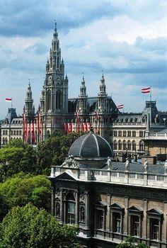 Rathaus - im Vordergrund Universität