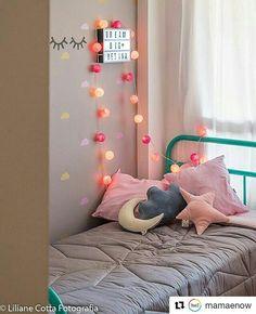 Foram produzidos por V2O adesivos em formato de nuvens nas cores rosa bebê e ouro escovado, aplicado sobre a parede cinza fosca. Aplique em relevo no formato de cílios preto fosco. Decoração produzida pela mamãe, Renata Chiarello, do blog Mamãe Now. Registro fotográfico: Liliane Cotta