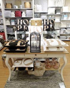 TÄHKÄ-sivupöytä, HOPE-tyynyt, PRETTY-koruteline ja HELMI-puuvillamatto Kajaanin myymälässä. #sisustusidea #sisustaminen #sisustusinspiraatio #askohuonekalut #sisustusidea #sisustusideat