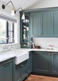 Modern Kitchen Trends 2019 Bringing Two Tone Wood Cabinets. Top Kitchen Color Trends For 2019 Kitchen Color Trends . Modern Kitchen Design Trends 2019 Two Tone Kitchen Cabinets. Home and furniture ideas is here Green Kitchen Cabinets, Kitchen Cabinet Colors, Kitchen Colors, Blue Green Kitchen, Black Cabinets, Kitchen Color Design, Kitchen Design Classic, Wood Cabinets, Kitchens With Painted Cabinets