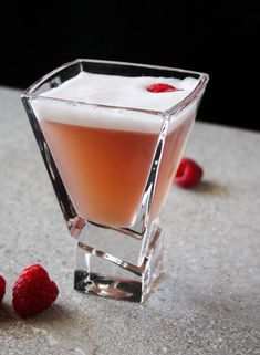 The French Martini is a sweet and soft cocktail with a silky foamy top. French Cocktails, French Martini, Festive Cocktails, Cocktail Drinks, Fun Drinks, Yummy Drinks, Party Drinks, Alcoholic Drinks, Vodka Cocktails