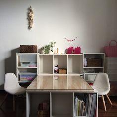 カラーボックスを複数使って、こんなに広々使える勉強机が作れてしまいます。趣味のクラフトやアートスペースとしても応用できそうな、アイデアですね。