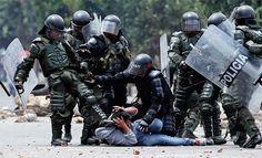 Esmad, el grupo de la Policía de Colombia que está en la primera línea de fuego. En los disturbios por el paro agrario, 260 policías han resultado heridos. Sin embargo, el escuadrón enfrenta denuncias por abuso de fuerza. Informe: http://www.elpais.com.co/elpais/judicial/noticias/esmad-cuestionado-grupo-policia-esta-primera-linea-fuego