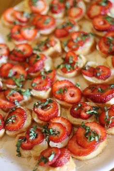 Strawberry brie crostinis - YUM! Perfect for parties and events.