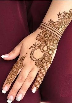 Check out the 60 simple and easy mehndi designs which will work for all occasions. These latest mehandi designs include the simple mehandi design as well as jewellery mehndi design. Getting an easy mehendi design works nicely for beginners. Latest Mehndi Designs, Dulhan Mehndi Designs, Easy Mehndi Designs, Arte Mehndi, Indian Henna Designs, Mehndi Designs For Girls, Mehndi Designs For Beginners, Mehndi Designs For Fingers, Mehndi Design Photos