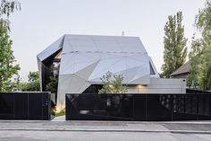 Futuristic origami-inspired house and its unique geometric facade - Home Decorating Trends - Homedit Architecture Origami, Architecture Design, Metal Panels, Solar Panels, Futuristic Home, Advantages Of Solar Energy, Unique House Design, Modern Design, Solar Water Heater