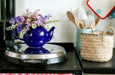 Love the teapot vase.
