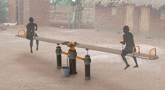 OasiSaw es un innovador sistema que utiliza energía que genera un columpio paraextraer agua subterránea.