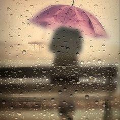 . Y la lluvia no cesa. Y gente no pasea. Y la espera es larga.  Todo es incomodo.  La lluvia persiste, pero terminará.  Aceptar es la única posibilidad de vivir sin conflicto, con positividad y demostrando amor hacia nosotros mismos, los demás y la vida......esperar que termine de llover es fuente de decepción y frustraciones.  Disfruta de la lluvia...y cuando cese, veras las cosas de otro modo, no esperes, disfruta de ella, no dependas, liberate, no esperes no mojarte, mojate.....y…