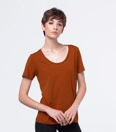 Camiseta gola u feminina feita de 100% de algodão Pima. Tecido leve, suave e muito macio.