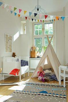 Decorar un dormitorio de bebé en blanco con toques de color y muchísimo encanto