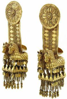 სასაფეთქლეები. ახალგორი, ძვ. წ. IV ს., ოქრო, სიგრძე 13 სმ. სიმონ ჯანაშიას სახელობის საქართველოს მუზეუმი.  Temple pendants. Akhalgori, 4th century B.C., gold, L 13 cm. GNM, Simon Janashia Museum of Georgia.