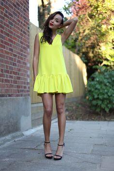 Love this three floor dress Cute Dresses, Casual Dresses, Fashion Dresses, Summer Dresses, Style Snaps, Street Chic, Yellow Dress, Spring Summer Fashion, Dress To Impress