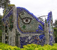 Amazing Garden Chapel Made From Bottles.This is the Bottle House at Airlie Gardens in Wilmington, North Carolina. The Bottle House is made. Wine Bottle Fence, Wine Bottle Art, Bottle Wall, Bottle Garden, Bottle House, Glass House, Recycling, Recycled Glass Bottles, Recycle Bottles