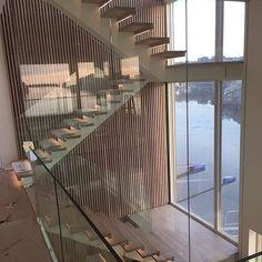 Vi sier bare  Våre flinke kolleger @trapperingen.b.innvaer.as (onetofollow) i Trapperingen har laget denne fantastiske versjonen av Tuva. Den er rett og slett spektakulær  #trapperingen #modelltuva #glassrekkverk #funkishus #binnværas #onetofollow #trapper #stairs