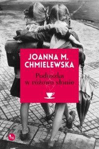 """""""Poduszka w różowe słonie"""" to ciepła, mądra oraz życiowa powieść, obok której nie sposób przejść obojętnie. Autorka porusza w niej trudny temat śmierci oraz radzenia sobie po stracie najbliższej osoby. Jest to książka z rodzaju tych, które poruszają najczulsze struny w sercu czytelnika i pozostają w nim na długo.  http://zaczytajsie.pl/2015/05/31/joanna-m-chmielewska-poduszka-w-rozowe-slonie/"""
