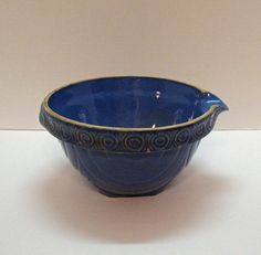 Very Old McCoy Blue Crock Bowl with Spout Very Good Condition Mccoy Pottery Vases, Blue Pottery, Glazes For Pottery, Pottery Bowls, Vintage Pottery, Ceramic Bowls, Ceramic Pottery, Vintage Pyrex Dishes, Vintage Bowls